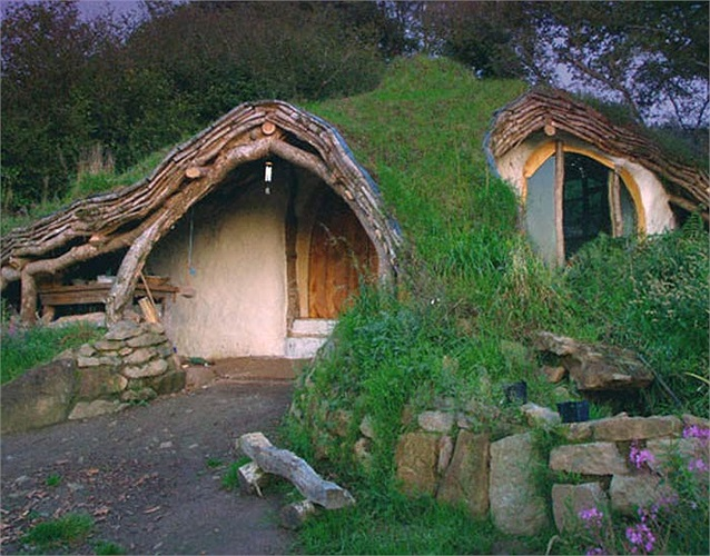 Ngôi nhà cổ tích của một cặp vợ chồng ở Xứ Wales. Họ đã tự mình xây dựng ngôi nhà này và sống cuộc sống đơn giản, đúng như những người lùn Hobbit.
