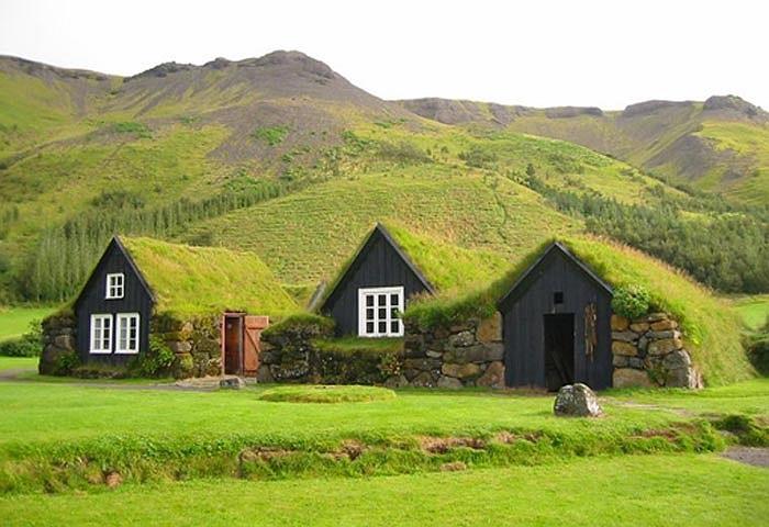 Những ngôi nhà lợp cỏ hòa mình vào khung cảnh đồi núi thiên nhiên ở Iceland dường như bước ra từ cổ tích.
