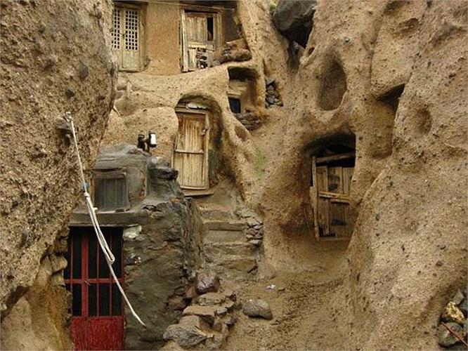 """Những ngôi nhà """"tổ mối"""" kỳ lạ tại làng Kandovan thuộc đất nước Iran. Người dân địa phương đã tận dụng những kết cấu đá núi lửa hình nón để tạo thành nhà ở."""