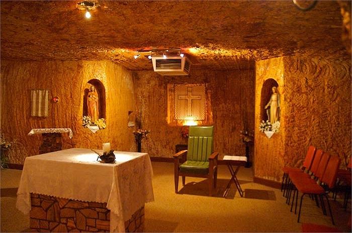 Thị trấn Coober của Australia nổi tiếng với việc khai thác Opal và những ngôi nhà trong lòng đất.
