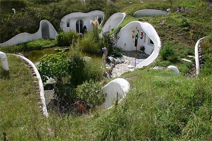 Những người yêu thiên nhiên ở Thụy Sỹ cũng thiết kế nên những ngôi nhà trong lòng đất, kết hợp giữa tiện nghi hiện đại với công nghệ môi trường xanh.