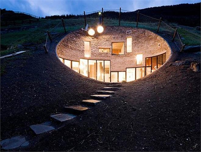 Những ngôi nhà nằm hoàn toàn trong lòng núi ở dãy Alps thuộc Hà Lan. Một người qua đường có thể không biết rằng mình đang đi trên nóc nhà của ai đó.