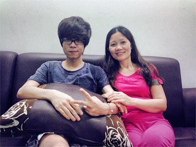 Bùi Anh Tuấn chụp ảnh cùng mẹ.