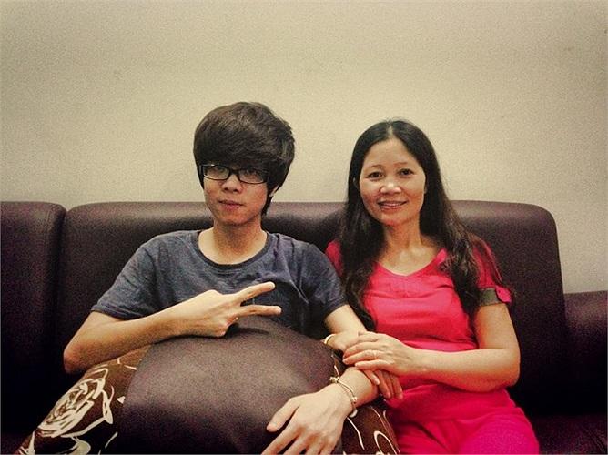 Có vẻ Bùi Anh Tuấn được thừa hưởng nhiều nét giống mẹ.