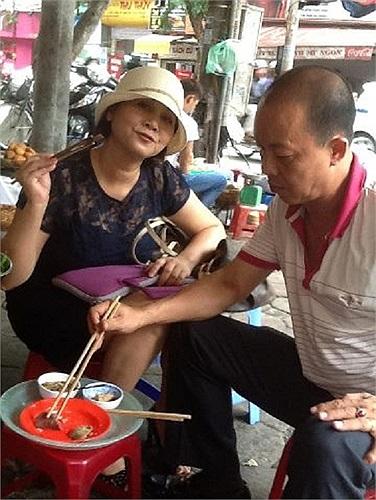 Bắt gặp nghệ sỹ Minh Hằng đưa nghệ sỹ Đức Hải đi ăn hè phố Hà Nội.