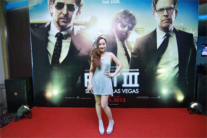 Trong buổi ra mắt bộ phim bom tấn The Hangover 3 tối qua, MC Việt Nga tiếp tục gây chú ý với phong cách thời trang lạ của mình.