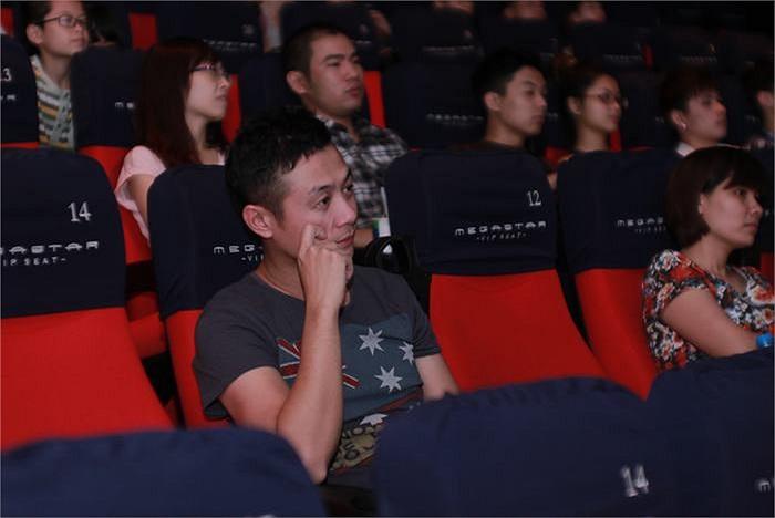MC Anh Tuấn chọn cách đi xem phim lặng lẽ hơn.
