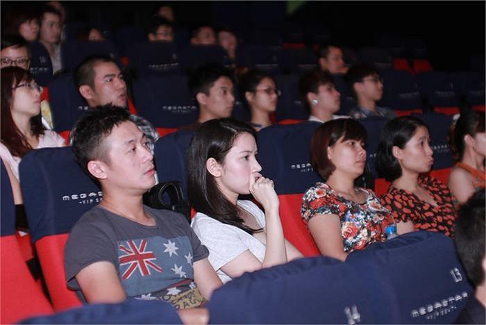 Anh ngồi cạnh vợ trong rạp chiếu.
