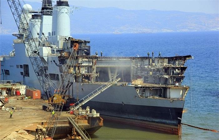 HMS Ark Royal bị phá dỡ tại cảng Izmir, Thổ Nhĩ Kỳ