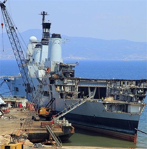 Đây là những hình ảnh độc quyền của tờ Daily Mail về việc phá dỡ kỳ hạm này