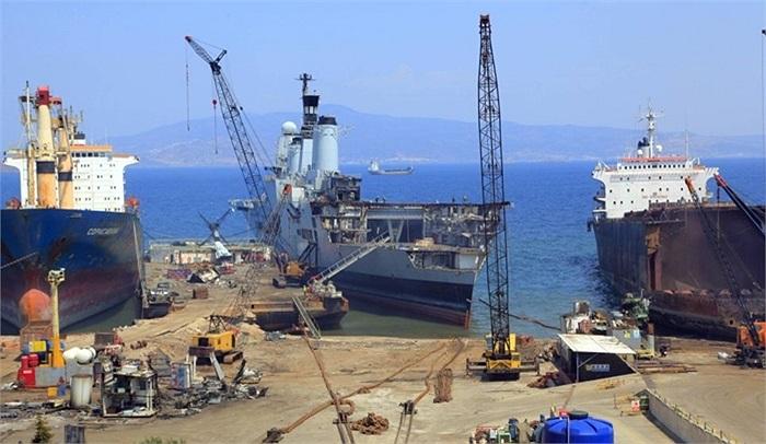 Cảng đã mở cửa cho du khách tham quan con tàu trong khi đang bị tháo dỡ