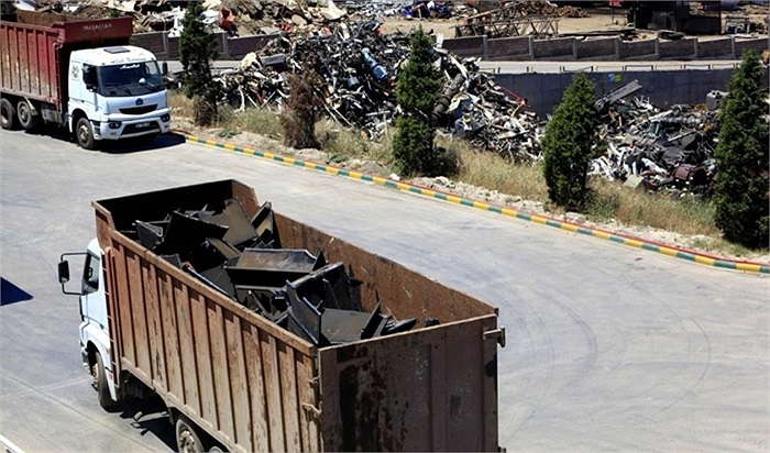 Chiếc xe tải chở những mảnh kim loại đã được tháo dỡ từ con tàu đến nơi tái chế