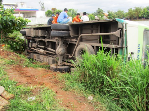 TP.HCM, tai nạn, quận 9, xe buýt, lao xuống ao, thoát chết