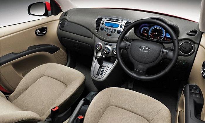 Nội thất xe khá hiện đại và có nhiều tiện nghi. Xe trang bị vô-lăng 3 chấu tích hợp điều khiển âm thanh và chuyển số, đầu MP3 với ổ cứng dung lượng 1 GB, cổng USB. Phiên bản cao cấp còn có chìa khóa thông minh, camera lùi.