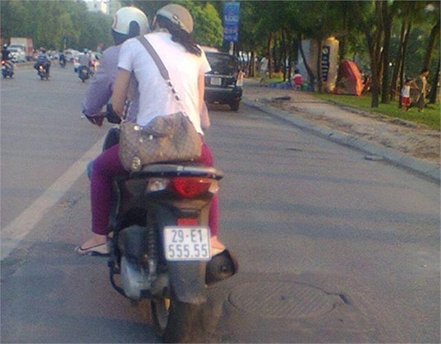 Xe tay ga Honda Air Blade biển ngũ quý 3 được bắt gặp trên cầu Chương Dương. Ảnh: Việt Nam SH Club.