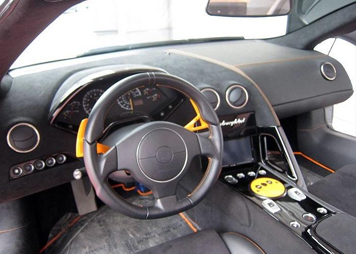Nội thất xe được phối màu ghi xám và màu da cam