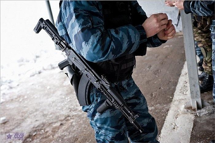 Binh sĩ OMOH và khẩu súng trường của mình trong buổi luyện tập