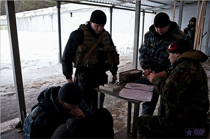 Tập trung nhận nhiệm vụ và vũ khí