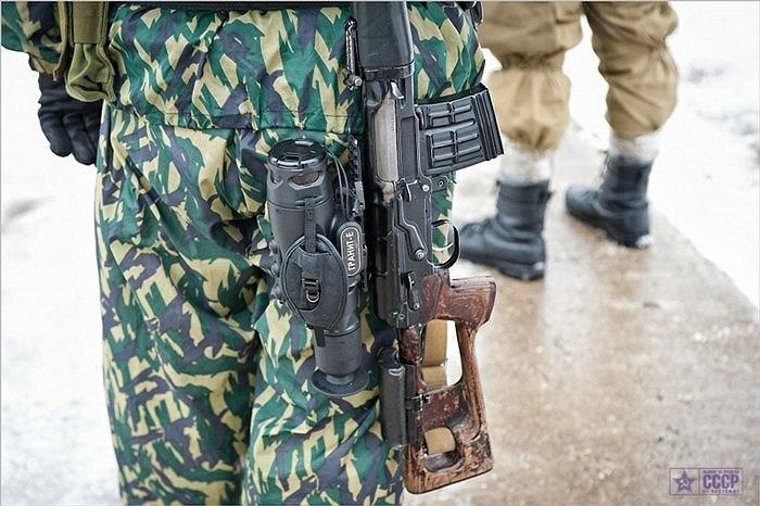Ngoài súng, lựu đạn cũng là vũ khí rất cần thiết với các binh sĩ đặc nhiệm cảnh sát