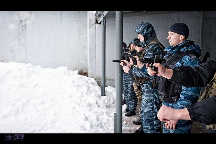 Các binh sĩ đặc nhiệm OMOH trong bài tập bắn súng ngắn
