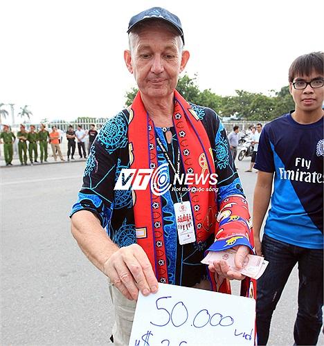 Ông Marinns đến từ Thái Lan bán băng rôn Arsenal bên ngoài sân Mỹ Đình. Với 2,5 USD một chiếc, ông bán rất chạy.
