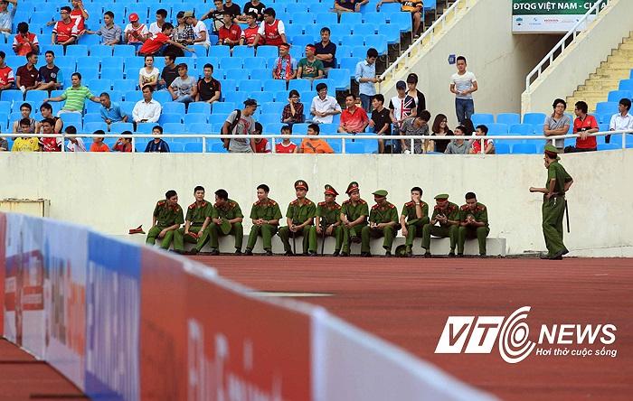 Lực lượng an ninh sân ngồi chờ phân công nhiệm vụ.