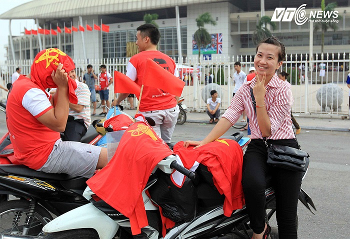 Cách đó không xa, một bạn bán áo cổ động Việt Nam thì xem ra... ế ẩm. Nhưng đầy lạc quan để tạo dáng.