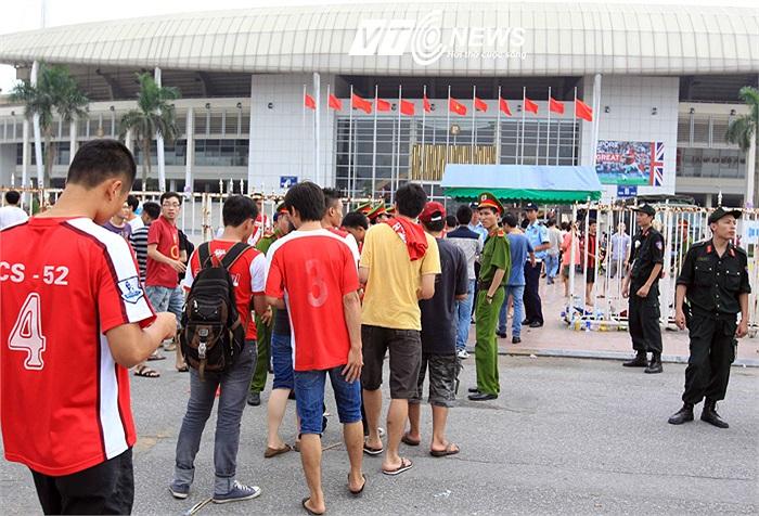 Các fan đến xem Arsenal tập đều phải xếp hàng để đi qua cửa an ninh.
