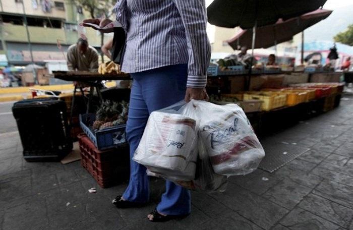 Nhiều người dân tới các cửa hàng bách hóa hoặc siêu thị mua nhiều cuộn giấy vệ sinh để dự trữ.