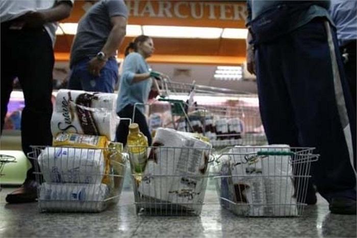 Các giỏ đựng đồ của khách hàng tại siêu thị đều có các cuộn giấy vệ sinh.