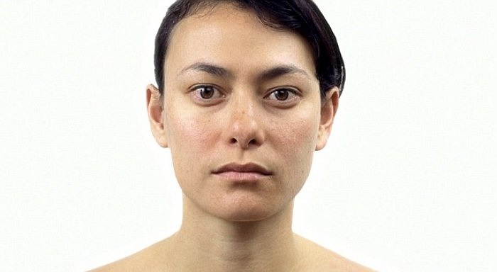 Ở độ tuổi gần 30, khuôn mặt người phụ nữ này bắt đầu xuất hiện một vài dấu hiệu lão hoá, nhưng người xem vẫn khó để nhận ra.