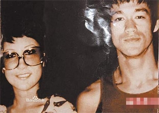 Bà quen biết Lý Tiểu Long năm 1972 qua sự giới thiệu của Trâu Văn Hoài.