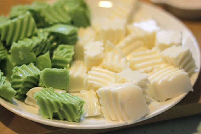 """Khúc bạch được làm từ nhiều nguyên liệu khác nhau nhưng nguyên liệu quan trọng nhất để tạo nên """"linh hồn"""" của món ăn này chính là gelatin."""
