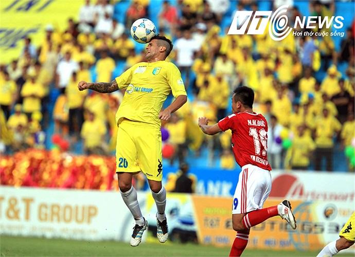 Sau nhiều vòng đấu được kéo về đá trung vệ, Gonzalo đã trở lại với vị trí sở trường khi Hà Nội T&T tiếp V.Hải Phòng.