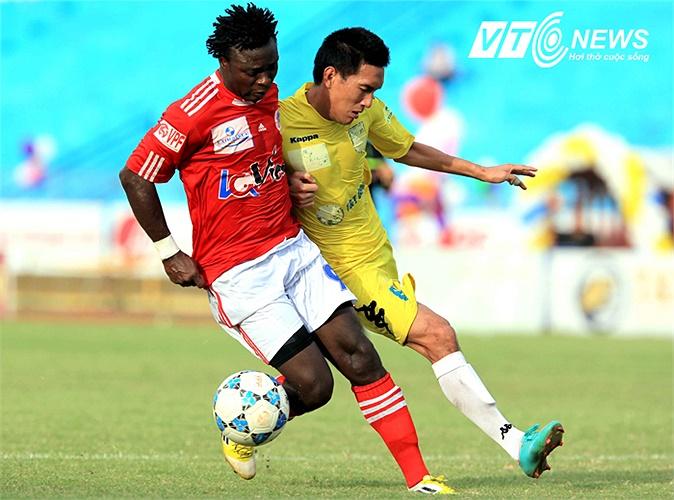Tiền đạo Văn Tân rút ngắn tỷ số xuống còn 1-2 cho V.Hải Phòng.