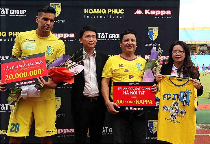 Gonzalo được các đồng đội bầu là Cầu thủ xuất sắc nhất Hà Nội T&T và được nhận 20 triệu đồng tiền thưởng từ nhà tài trợ Hoàng Phúc International và Kappa. (Ảnh: Quang Minh)