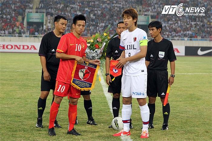 Đội trưởng Văn Quyết của U23 Việt Nam và đội trưởng Osako của Kashima Antlers.
