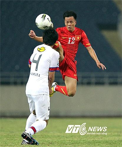 Mạnh Dũng chơi đầy thăng hoa và anh như bay trên lưng các cầu thủ Kashima Antlers.