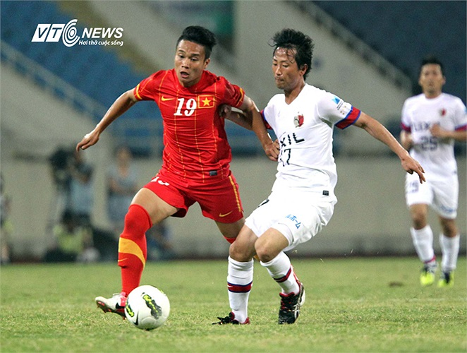 Phi Sơn cùng Danh Ngọc quấy phá hành lang cánh trái của Kashima Antlers khiến hàng thủ đội bóng Nhật bối rối.