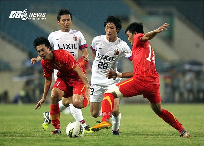 Tiền vệ Huy Hùng (7) và tiền vệ Minh Tuấn (11) là bộ đôi ở thu dọn bóng rất tích cực. Minh Tuấn là người đã mở tỷ số cho U23 Việt Nam với một pha sút phạt đẳng cấp.