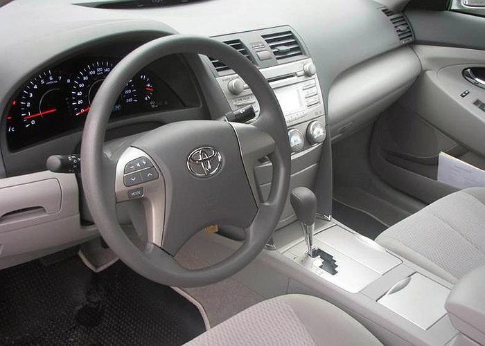 Vào thời điểm cuối năm 2009, giá mẫu xe này vào khoảng trên dưới 1,5 tỷ đồng tùy theo option. Khi nhập về Việt Nam, Toyota Camry 2.5 LE đời 2010 được trang bị khá nhiều tiện nghi như ghế da, la zăng đúc, điều hòa nhiệt độ tự động, gương kính chỉnh đi