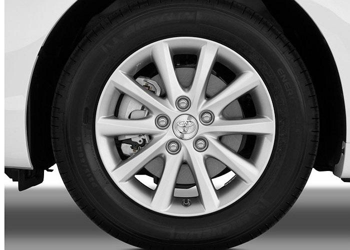 Không quá hiện đại nhưng giữ giá và tiện nghi, Toyota Camry nhập Mỹ được nhiều khách hàng Việt ưa thích.