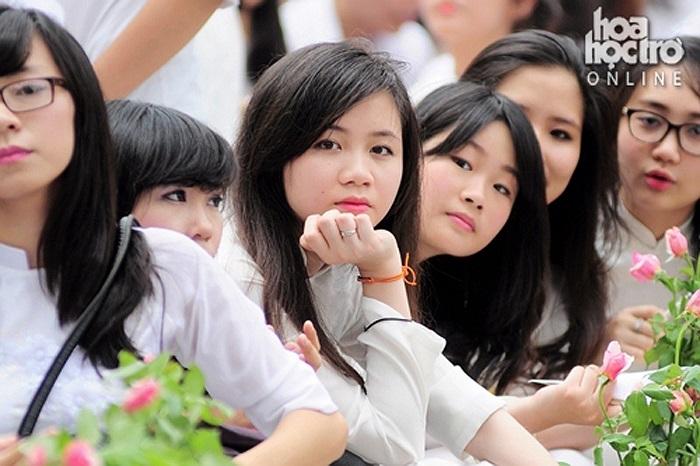 Trong buổi lễ ra trường, những nữ sinh xinh đẹp cũng đượm buồn khi sắp phải chia tay mái trường và thầy cô