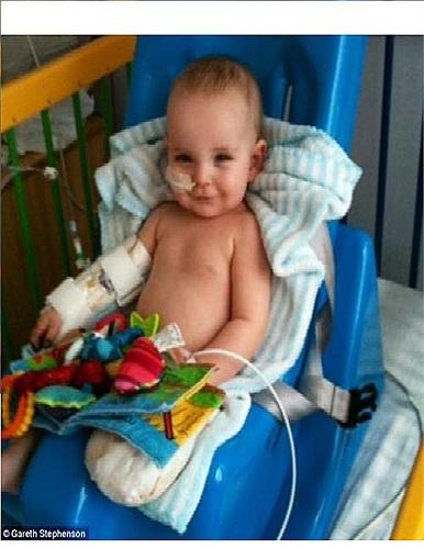 Bé Noah Stephenson, 1 tuổi, được các bác sĩ chẩn đoán mắc căn bệnh viêm màng não và nhiễm trùng máu vào hồi tháng 3 vừa qua, bé phải ở lại bệnh viện 6 tuần để điều trị trong tình trạng nguy cấp.