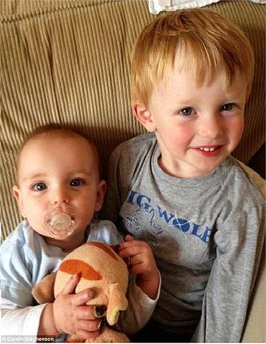 Cha của Noah cho biết, chứng bệnh của con trai ông là điều khủng khiếp nhất đối với gia đình. Trong ảnh là bé Noah với các ngón tay bị hư, bên cạnh anh trai Zak.