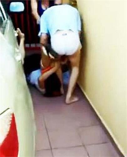 Vụ tấn công diễn ra vào lúc 10 giờ sáng khi chị Lim đến gặp mặt tên vũ phu tại nhà riêng của hắn để hỏi một số chuyện.