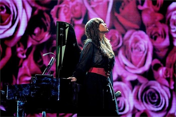 Khánh Linh đẹp và cực phiêu trên sân khấu âm nhạc.