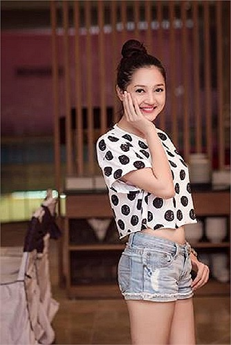 Bảo Anh The Voice diện crop top khoe eo thon.