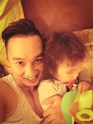 MC Thành Trung 'tự sướng' bên cô công chúa nhỏ đáng yêu.