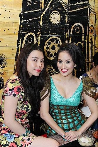 Rời sân khấu, nữ hoàng dance sport bay ngay tới quán hoa quả sinh tố của Trà Ngọc Hằng.